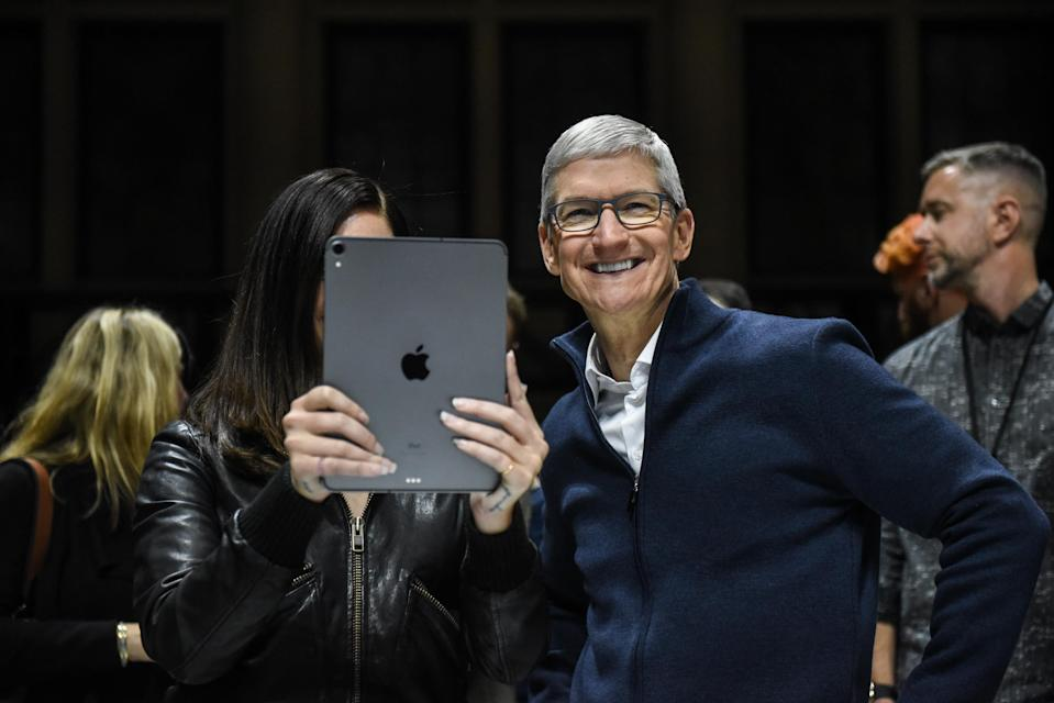 NEW YORK, NY – OCTOBER 30: Tim Cook, CEO of Apple laughs while Lana Del Rey (with iPad) takes a photo during a launch event at the Brooklyn Academy of Music on October 30, 2018 in New York City. Apple debuted a new MacBook Air, Mac Mini and iPad Pro. (Photo by Stephanie Keith/Getty Images)