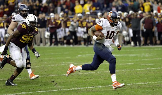 Syracuse quarterback Terrel Hunt (10) rushes for a touchdown as Minnesota defensive lineman Michael Amaefula (98) chases him during the fourth quarter of the Texas Bowl NCAA college football game on Friday, Dec. 27, 2013, in Houston. Syracuse won 21-17. (AP Photo/David J. Phillip)