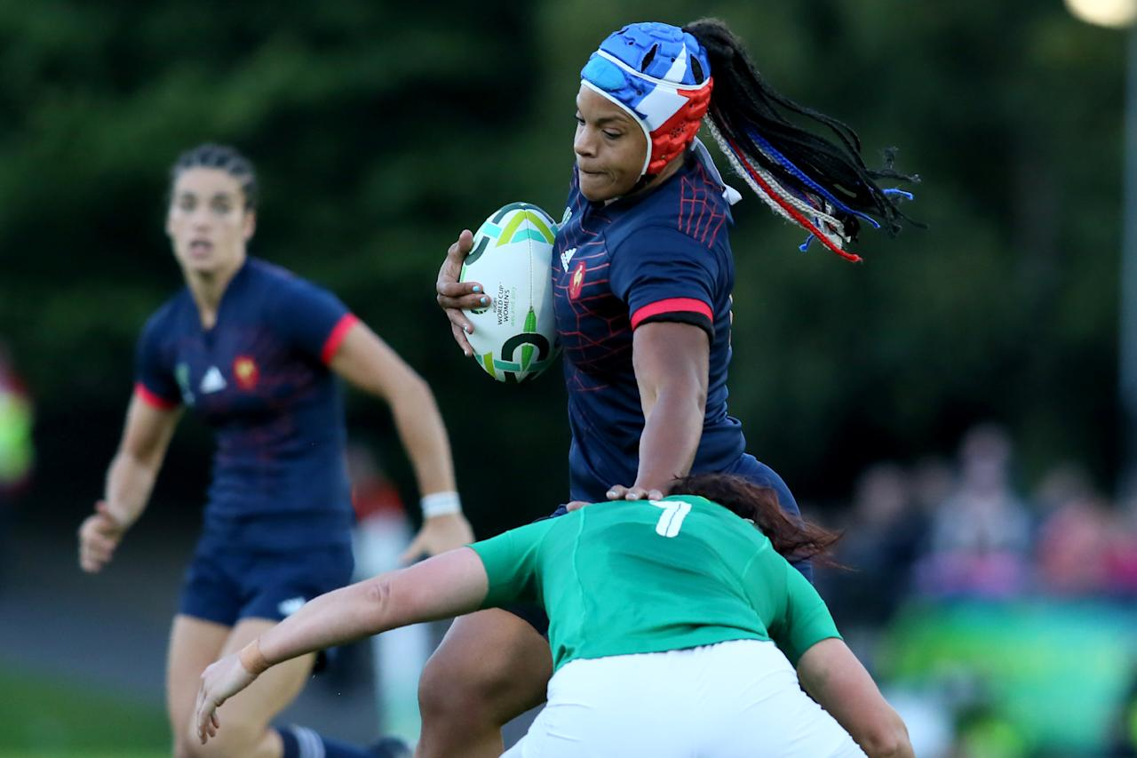 France's number 8 Safi N'Diaye (C) makes a break during the Women's Rugby World Cup 2017 pool C rugby match between France and Ireland at The UCD Bowl in Dublin on August 17, 2017. (AFP Photo/Paul FAITH)