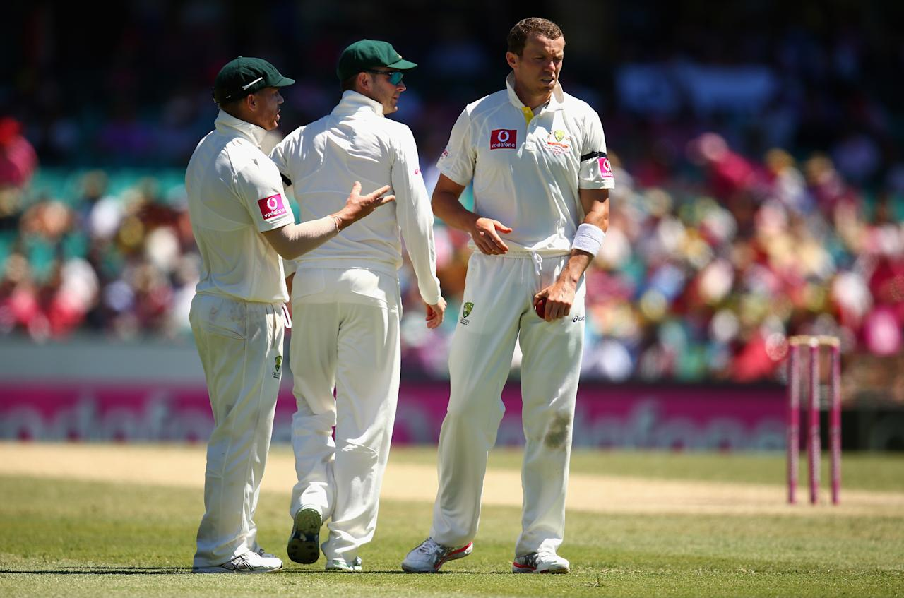 SYDNEY, AUSTRALIA - JANUARY 05:  Michael Clarke, David Warner and Peter Siddle of Australia talk during day three of the Third Test match between Australia and Sri Lanka at Sydney Cricket Ground on January 5, 2013 in Sydney, Australia.  (Photo by Ryan Pierse/Getty Images)