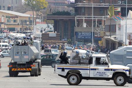 Police and street vendors face off during clashes in central Harare, Zimbabwe, September 27, 2016. REUTERS/Philimon Bulawayo