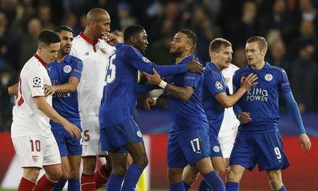 Britain Soccer Football - Leicester City v Sevilla - UEFA Champions League Round of 16 Second Leg - King Power Stadium, Leicester, England - 14/3/17 Sevilla's Samir Nasri clashes with Leicester City's Jamie Vardy after Nasri is sent off as teammates intervene Action Images via Reuters / Carl Recine Livepic