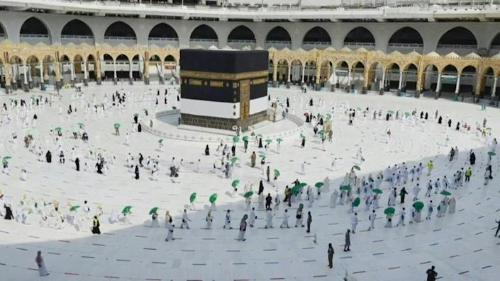 Mecca: First group of pilgrims perform the circling of the Kaaba