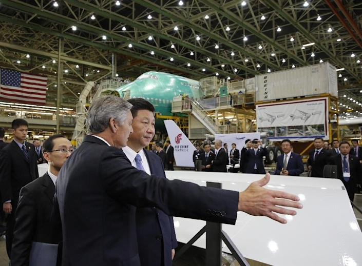 Chinese President Xi Jinping (R) and Ray Conner, president and CEO Boeing Commercial Airplanes, tour the Boeing assembly line in Everett, Washington, on September 23, 2015 (AFP Photo/Jason Redmond)