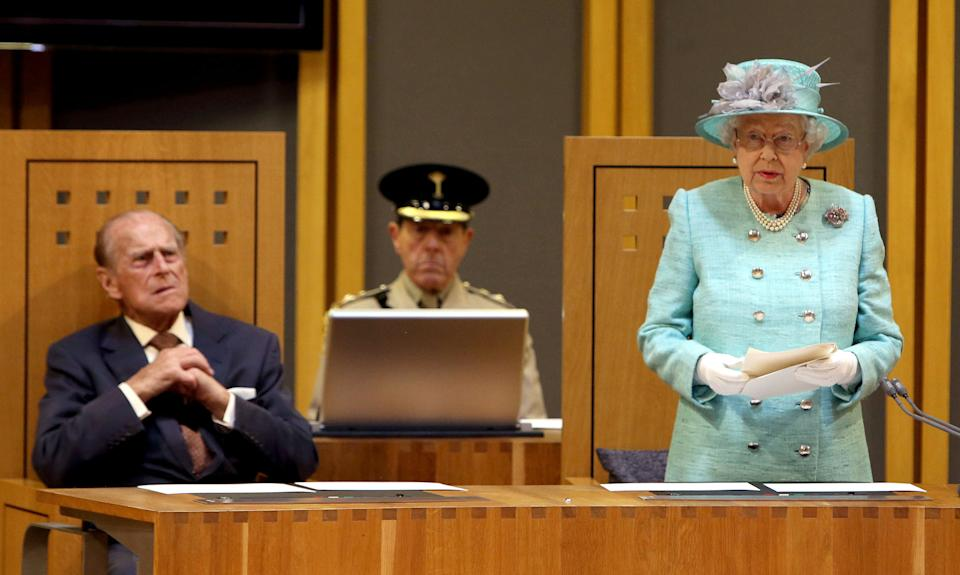 Felipe de Edimburgo, sentado observando un discurso de Isabel II en 2016, en Cardiff  (Photo by STEVE PARSONS/POOL/AFP via Getty Images)