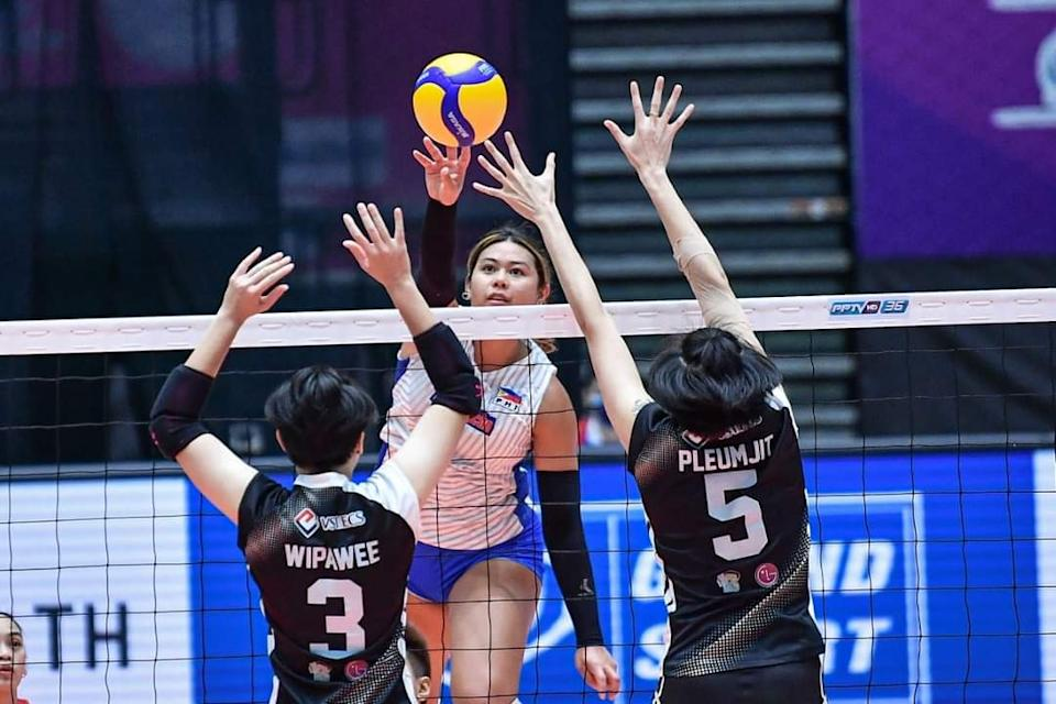 Kalei Mau delivers an off-speed shot over Wipawee Srithong and Pleumjit Thinkaow in Choco Mucho's loss to Supreme Chonburi. (Photo: AVC - Asian Volleyball Confederation)