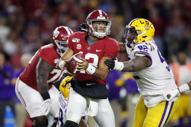 Alabama Crimson Tide QB Tua Tagovailoa looks to pass during the second half against the LSU Tigers. (Todd Kirkland/Getty Images)
