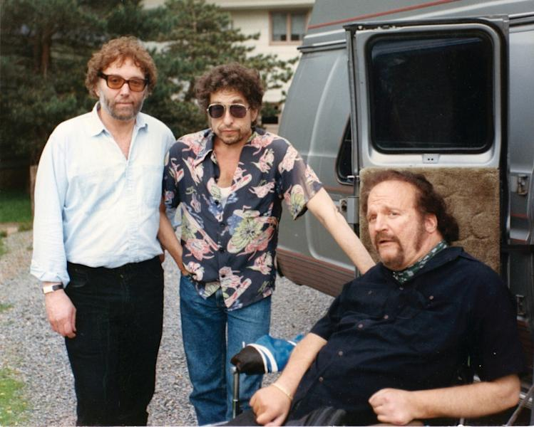 Bob Dylan (C) poses for a photo at his fiftieth birthday in 1991, with friends Louie Kemp (L) and Larry Kegan (AFP Photo/HO)