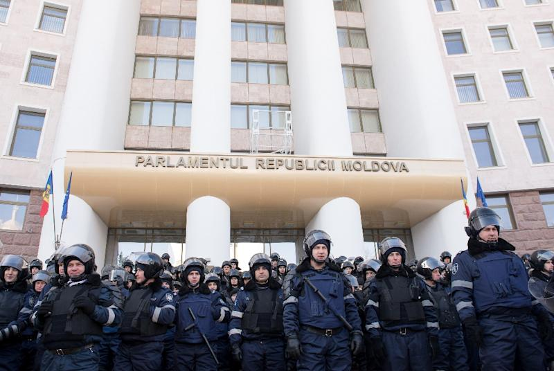 Moldovan riot police block the Parliament building from protesters in Chisinau on January 21, 2016 (AFP Photo/Dorin Goian)