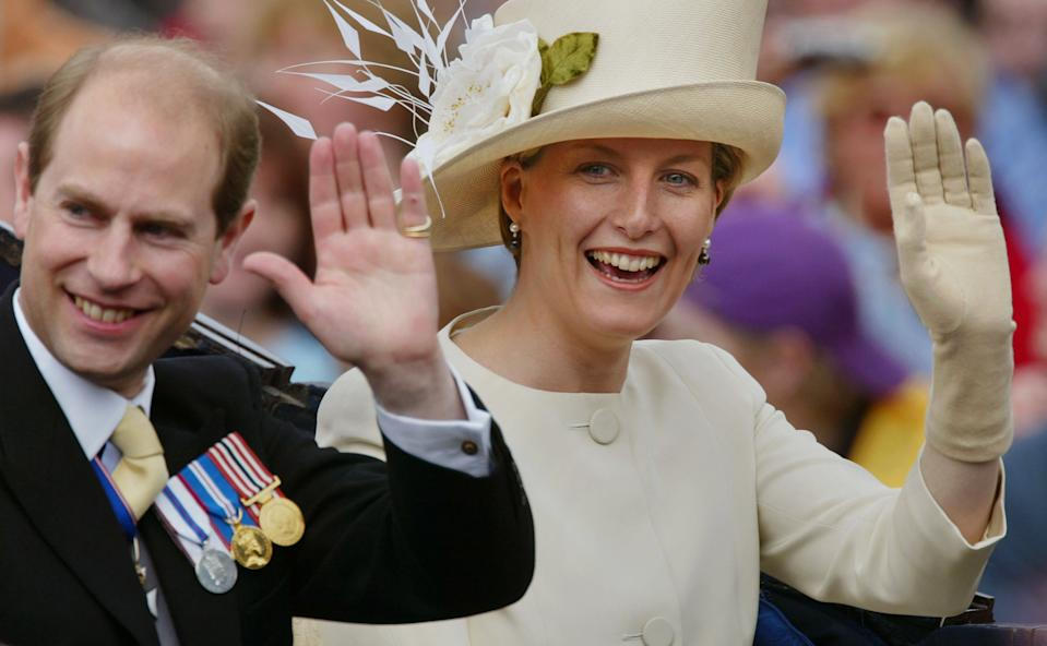 406179 07:  Edward and Sophie Wessex ride in a carriage at the head of a parade from Buckingham Palace to St Paul's Cathedral celebrating the Queen's Golden Jubilee June 4, 2002 along The Mall in London.  (Photo by Georges De Keerle/Getty Images)