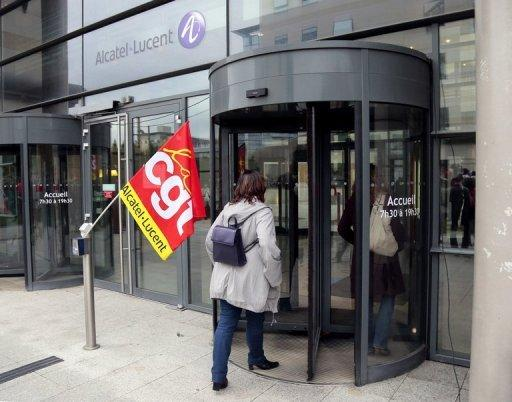 Alcatel-Lucent shares plunge on quarterly loss