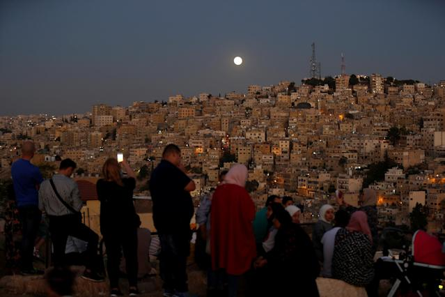<p>People wait for the lunar eclipse at Amman Citadel in Jordan, July 27, 2018. (Photo: Muhammad Hamed/Reuters) </p>