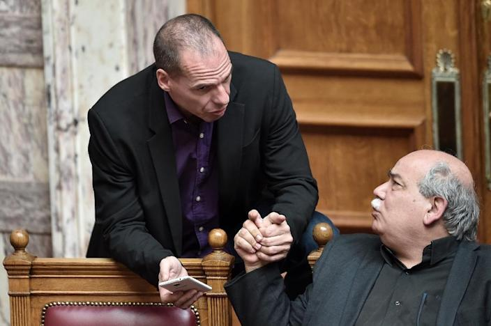 Nikos Voutsis (right) speaks with Greek Finance Minister Yanis on March 18, 2015 in parliament in Athens (AFP Photo/Aris Messinis)