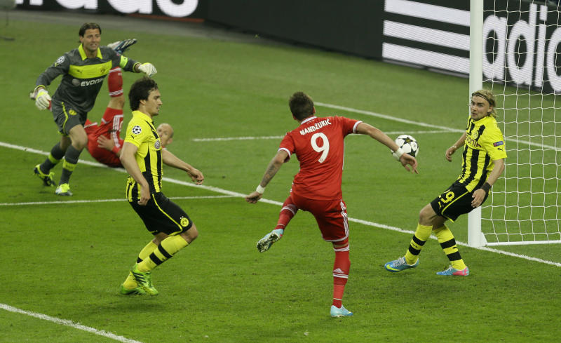 Bayern's Mario Mandzukic of Croatia, center, scores the opening goal during the Champions League Final soccer match between Borussia Dortmund and Bayern Munich at Wembley Stadium in London, Saturday May 25, 2013. (AP Photo/Alastair Grant)