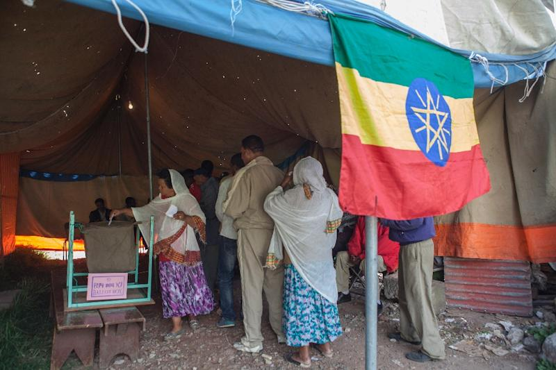 An Ethiopian woman casts her ballot on May 24, 2015 in Addis Ababa (AFP Photo/Zacharias Abubeker)