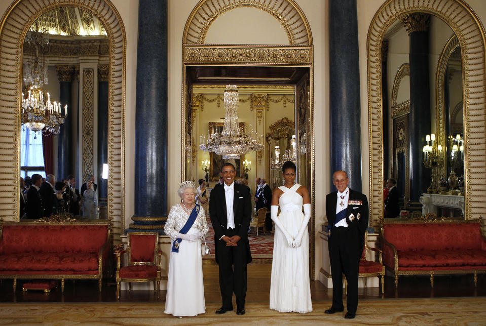 CORRECTION CREDIT IN CAPTION Queen Elizabeth II (L) and US President Barack Obama (2ndL) pose with US First Lady Michelle Obama (2ndR) and Prince Philip, Duke of Edinburgh, in the Music Room of Buckingham Palace ahead of a State Banquet on May 24, 2011 in London, England. The 44th President of the United States, Barack Obama, and his wife Michelle are in the UK for a two day State Visit at the invitation of HM Queen Elizabeth II.       AFP PHOTO/ POOL (Photo credit should read -/AFP via Getty Images)