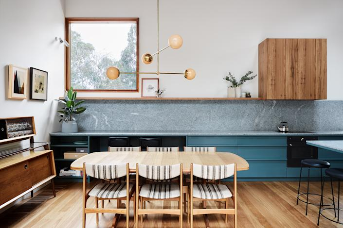 """<div class=""""caption""""> A modern pendant light fixture sourced from New Zealand hangs above the dining table. </div> <cite class=""""credit""""><a href=""""http://www.tesskelly.net/"""" rel=""""nofollow noopener"""" target=""""_blank"""" data-ylk=""""slk:Tess Kelly"""" class=""""link rapid-noclick-resp"""">Tess Kelly</a></cite>"""