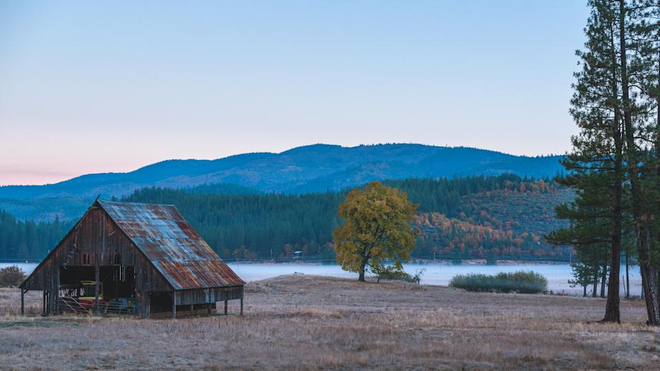 Barn in the Quincy river valley - Image.