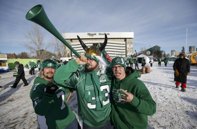 Saskatchewan Roughriders fans arrive for the CFL's 101st Grey Cup championship football game in Regina, Saskatchewan November 24, 2013. REUTERS/Mark Blinch (CANADA - Tags: SPORT FOOTBALL)