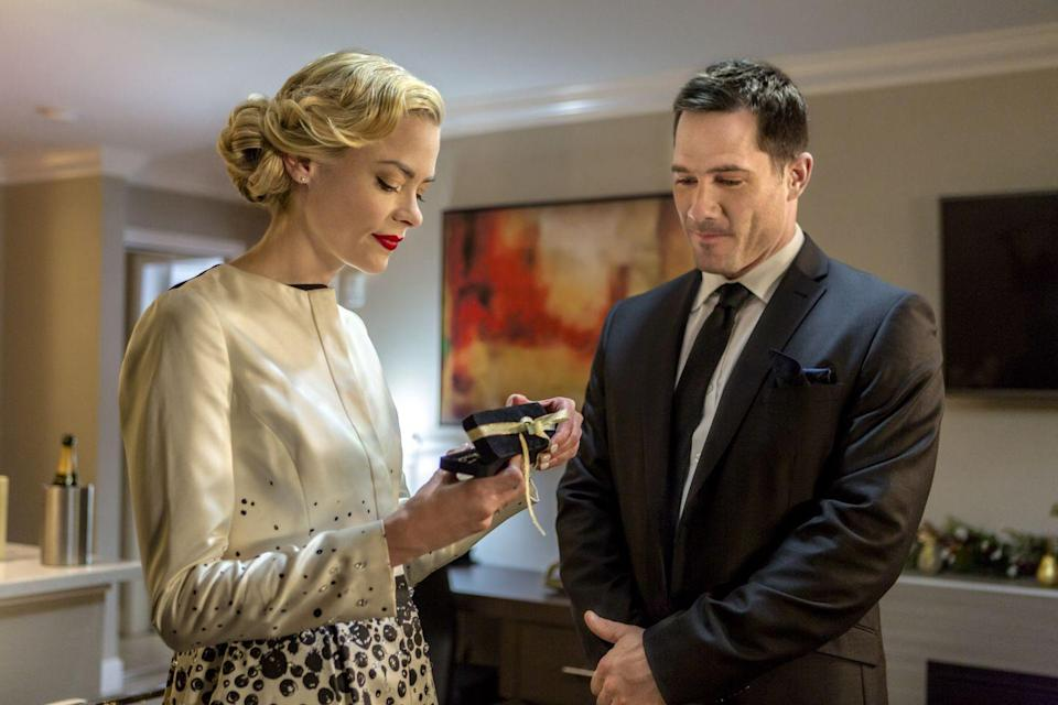 <p>Two strangers (Jaime King, Luke Macfarlane) who both hate Christmas decide to pretend to be a couple to make the holidays easier. But as they hang out more, they realize they're into each other—and more into the holiday season than they thought.</p>