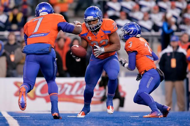 BOISE, ID - DECEMBER 03: Doug Martin #22 takes a handoff from Chris Potter #3 and then hands off again to D.J. Harper #7 of the Boise State Broncos at Bronco Stadium on December 3, 2011 in Boise, Idaho. (Photo by Otto Kitsinger III/Getty Images)