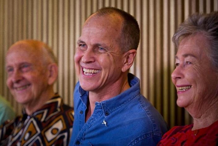 Al-Jazeera journalist Peter Greste (C) after being freed from an Egyptian prison talks to reporters with his parents Lois (R) and Juris in Brisbane, Australia on February 5, 2015 (AFP Photo/Patrick Hamilton)