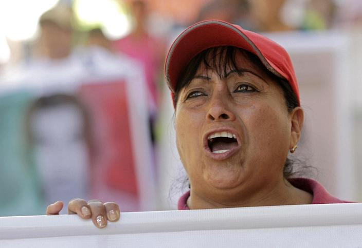 A woman shouts slogans during a protest to demand the safe return of 43 students who went missing in southern Mexico, in Tixtla on November 13, 2014 (AFP Photo/Pedro Pardo)