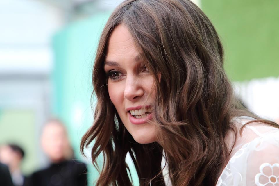 Keira Knightley suona i Beatles con i denti: la clip spopola sui social. (Photo by Keith Mayhew/SOPA Images/LightRocket via Getty Images)