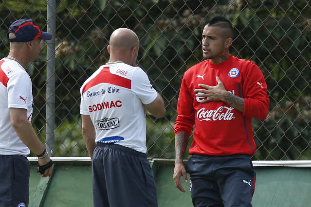 Chile's Arturo Vidal, right, talks with head coach Jorge Sampaoli, center, during a training session at Toca da Raposa 2 center in Belo Horizonte, Brazil, Thursday, June 19, 2014. Chile plays in group B of the 2014 soccer World Cup. (AP Photo/Victor R. Caivano)