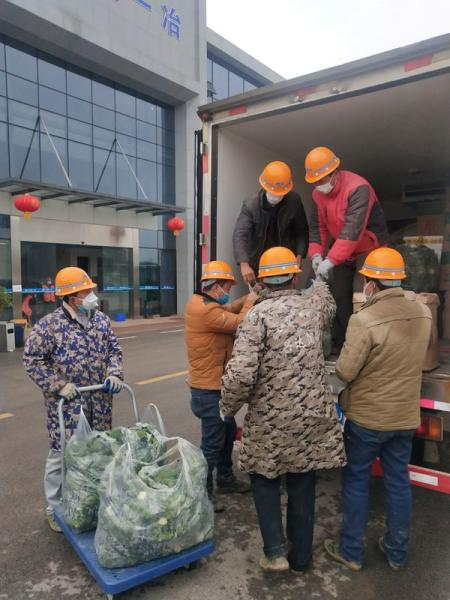 Construction workers of a temporary hospital receive meat and vegetables delivered by Wuhan resident Chen Hui and another volunteer in Ezhou