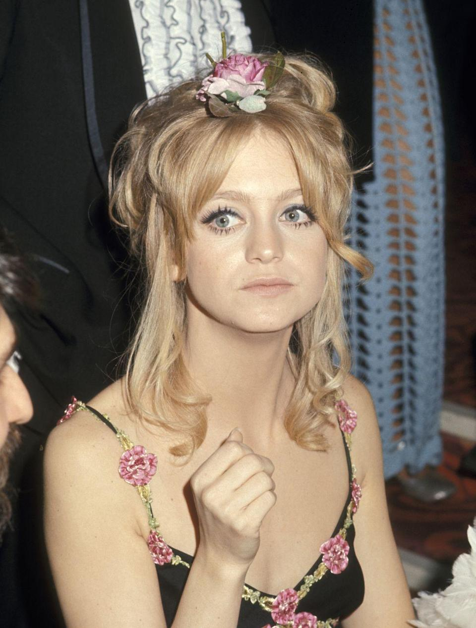 <p>Roses gave a fresh touch to Goldie's spaghetti-strap number and updo. She would later present the Oscar for Best Actor to George C. Scott, who famously rejected the award. </p>