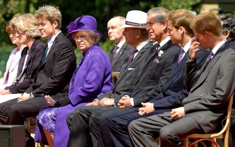 Britain's Queen Elizabeth (4L) sits with (L-R) sisters of the late Princess Diana Lady Sarah McCorquodale and Lady Jane Fellowes and her brother Earl Spencer, The Queen, Prince Philip, Prince Charles and princes William and Harry during the unveiling of a memorial fountain dedicated to Diana at Hyde Park in London, July 6, 2004. [Britain's House of Windsor buried the hatchet with the aristocratic family of Diana on Tuesday, almost seven years after her brother savaged the royals in his funeral eulogy.]