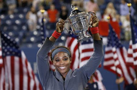 Serena Williams of the U.S. raises her trophy after defeating Victoria Azarenka of Belarus in their women's singles final match at the U.S. Open tennis championships in New York September 8, 2013. REUTERS/Mike Segar