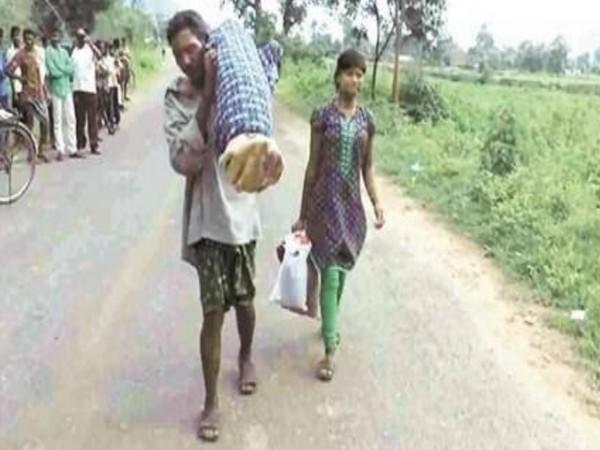 VIsual of Chandini Majhi with her father Dana Majhi (left) carrying the corpse (file photo)