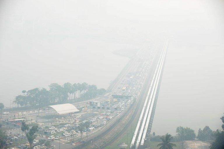 A general view of the causeway from Singapore to Johor Bahru (background), obscured by thick haze, on June 21, 2013. Singapore's smog index hit the critical 400 level, making it potentially life-threatening to the ill and elderly people, according to a government monitoring site