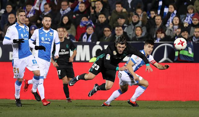 Soccer Football - Spanish King's Cup - Leganes vs Real Madrid - Quarter-Final - First Leg - Butarque Municipal Stadium, Leganes, Spain - January 18, 2018 Real Madrid's Mateo Kovacic in action with Leganes' Unai Bustinza REUTERS/Susana Vera TPX IMAGES OF THE DAY