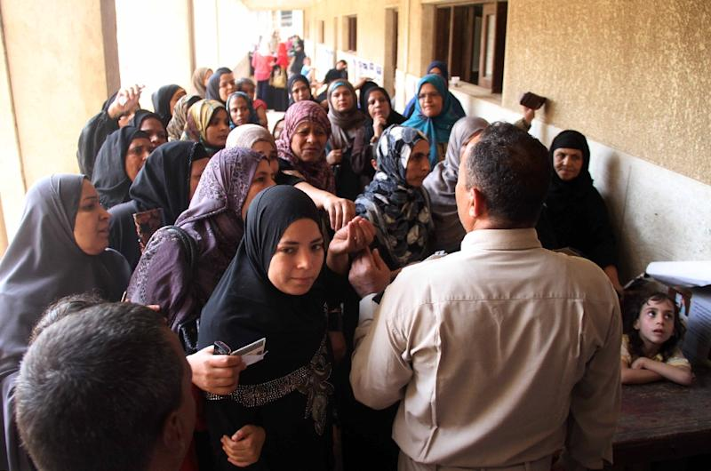 Egyptian queue outside a polling station on the outskirts of Cairo's southern Giza district on October 18, 2015 (AFP Photo/)