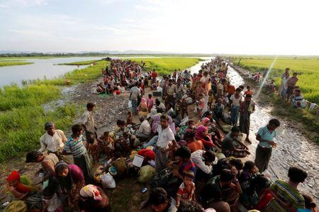 Rohingya refugees who crossed the border from Myanmar a day before, wait to receive permission from the Bangladeshi army to continue their way to the refugee camps, in Palang Khali, Bangladesh October 17, 2017. REUTERS/Jorge Silva