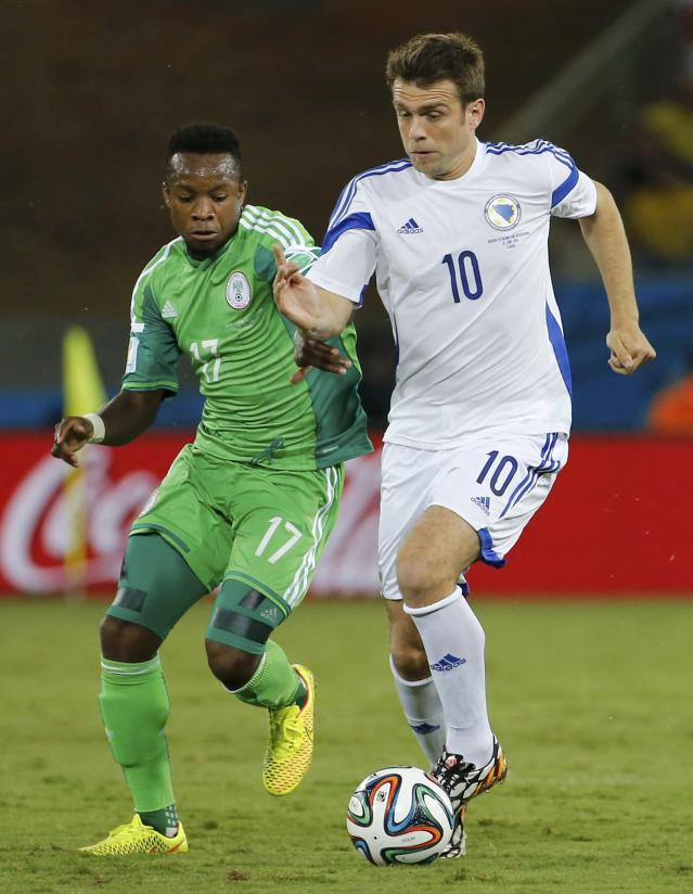 Nigeria's Ogenyi Onazi (L) fights for the ball with Bosnia's Zvjezdan Misimovic during their 2014 World Cup Group F soccer match at the Pantanal arena in Cuiaba June 21, 2014. REUTERS/Eric Gaillard (BRAZIL - Tags: SOCCER SPORT WORLD CUP)