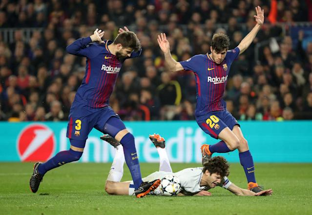 Soccer Football - Champions League Round of 16 Second Leg - FC Barcelona vs Chelsea - Camp Nou, Barcelona, Spain - March 14, 2018 Barcelona's Sergi Roberto and Gerard Pique in action with Chelsea's Marcos Alonso REUTERS/Susana Vera TPX IMAGES OF THE DAY