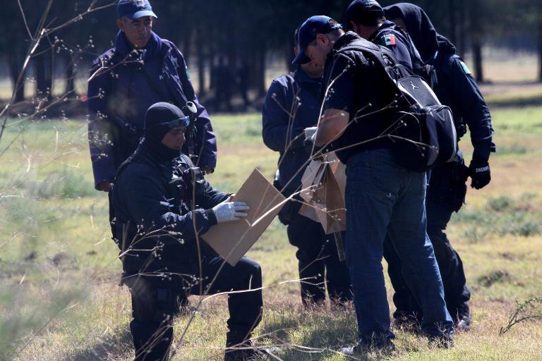 Members of the state police search for evidence on May 23, 2015 inside the ranch along the Jalisco-Michoacan highway in Tanhuato, Michoacan State