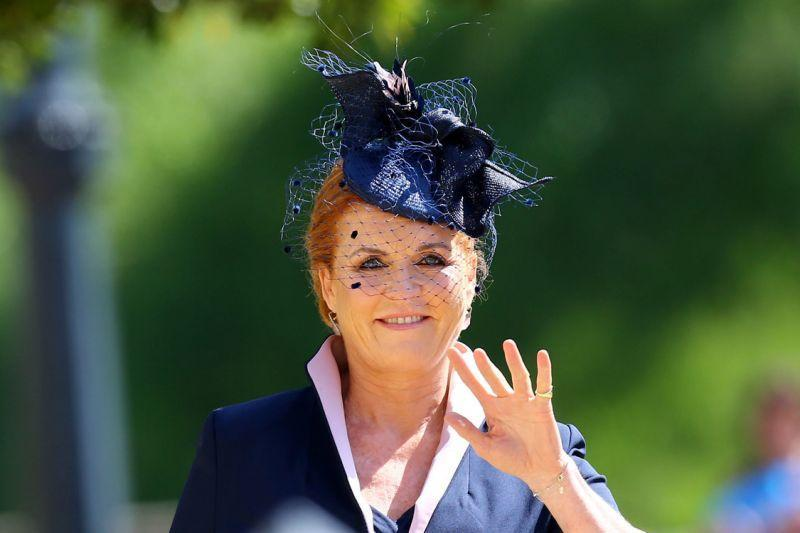 <p>Prince Harry's aunt, Fergie arrives wearing a navy blue dress with matching fascinator. [Photo: Getty] </p>