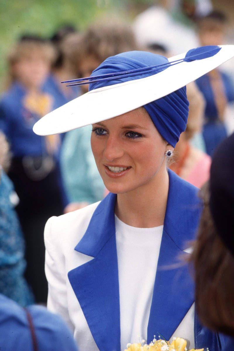 <p>Diana covers her head in an incredibly chic way.</p>