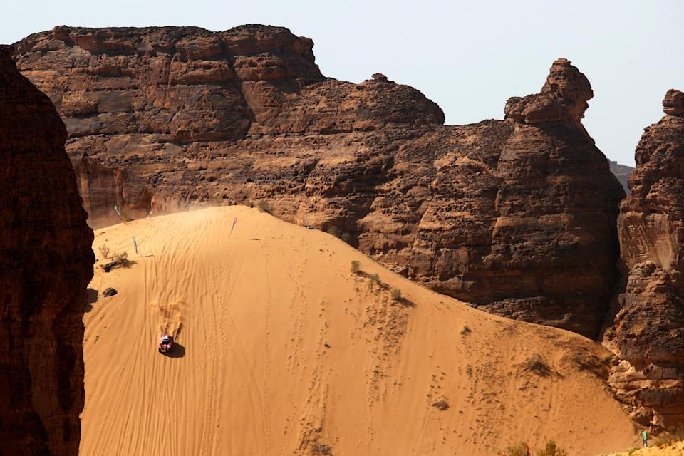 <p>The drop which greets drivers during the Desert X Prix in AlUla</p> (LAT Images)