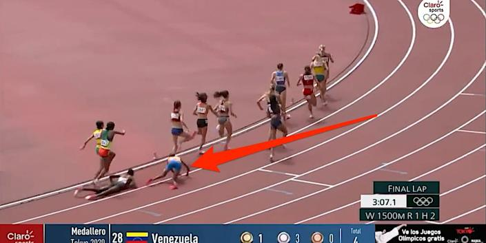 Arrow shows Sifan Hassan falling down in the women's 1,500-meter race at the Tokyo Olympics.