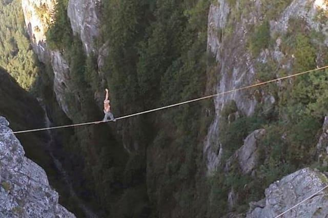 Highliner walks 1,000ft in air without harness