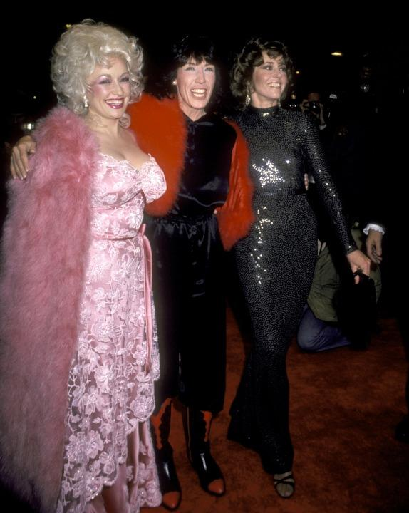 Tomlin and Fonda rollin' up to the 9 to 5 premiere in NYC with Dolly Parton are the OG #squadgoals.