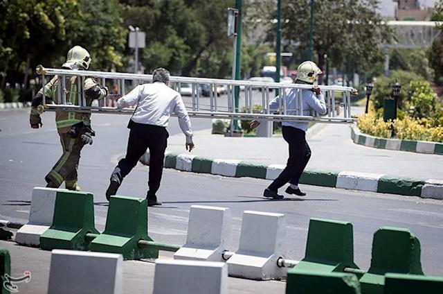 <p>Members of Iranian civil defence run during an attack on the Iranian parliament in central Tehran, Iran, June 7, 2017. (Photo: Tasnim News Agency/Handout via Reuters) </p>