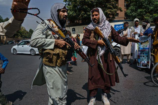 Taliban fighters mobilize to control a crowd (Photo: Marcus Yam via Getty Images)