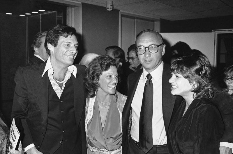 """FILE - This April 3, 1980 file photo shows Ron Leibman, from left, his wife Linda Lavin, playwright Neil Simon and Dinah Manoff in New York following the opening of the play """"I Ought to be in Pictures."""" Leibman, who appeared in movies, theater and television in a career that spanned six decades and won a Tony for Tony Kushner's iconic play """"Angels in America,"""" has died after an illness at age 82. Leibman's agent, Robert Attermann, said the actor died Friday, Dec. 6, 2019. (AP Photo/Ray Stubblebine, File)"""
